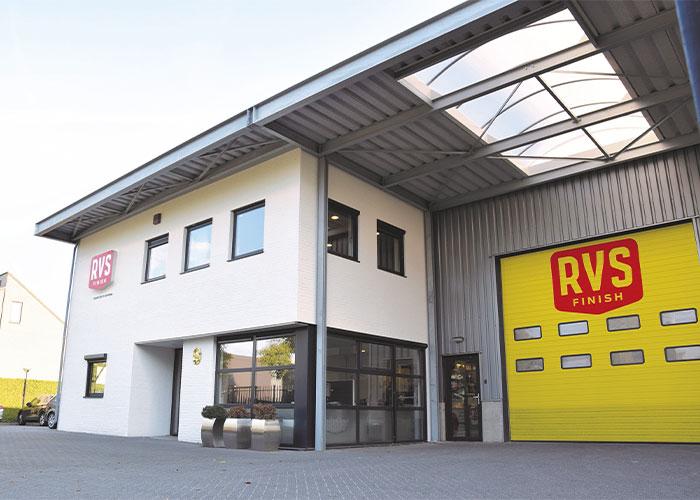 De werkvloer van RVS Finish is uitgebreid met 800 vierkante meter productieruimte, waar onder andere het Sublimotion-proces wordt uitgevoerd.
