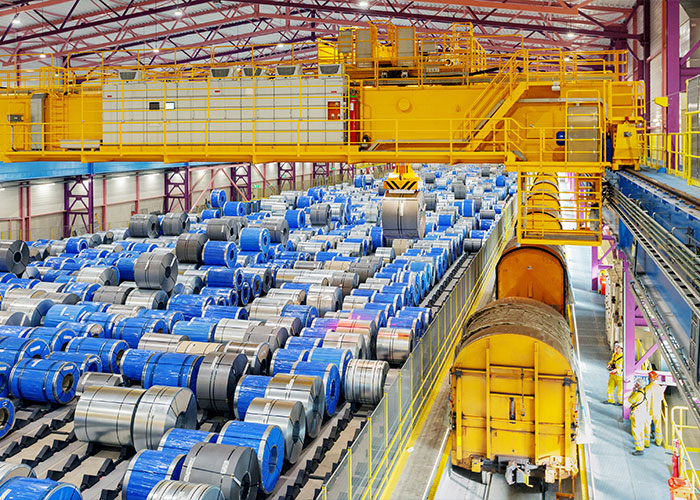 Een opslaghal voor rollen staal op de site van Tata Steel in IJmuiden. (Foto: Tata Steel)