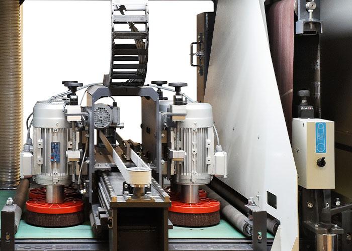 In de compacte machine wordt de schuurband gevolgd door vier oscillerende topborstels.