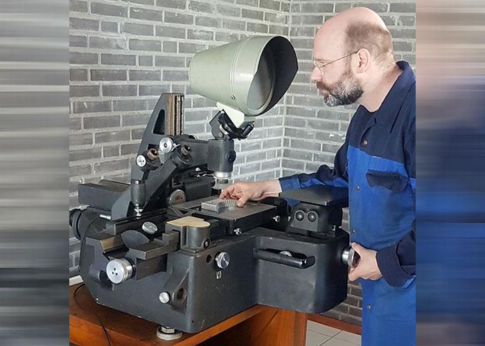 Nobby Assmann bij de antieke Zeiss meetmachine.
