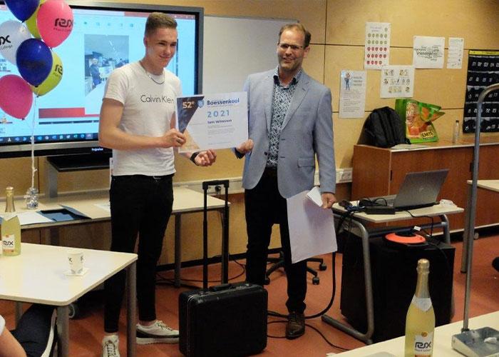 Sam Witteveen ontvangt de prijs van Eelco Osse, directeur Machinefabriek Boessenkool.
