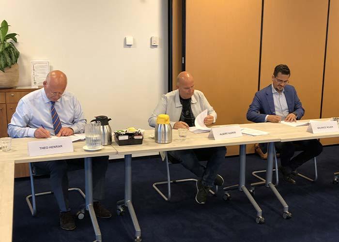 Theo Henrar (FME), Albert Kuiper (FNV) en Maurice Rojer (FME) ondertekenen het principeakkoord voor de nieuwe cao metalektro.