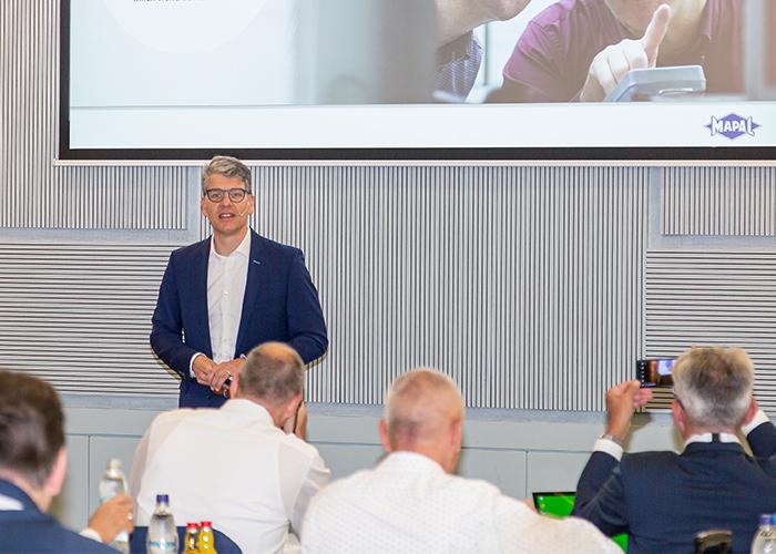 Mapal-topman Jochen Kress tijdens de jaarlijkse persconferentie. De gereedschappenproducent heeft zware tijden beleefd, maar ziet perspectief voor de komende jaren.