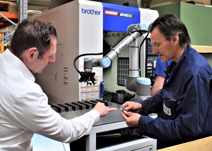 """Jordy Pieper van Ceratizit en werkplaatschef Ton Landwier van Smit Metaalbewerking: """"Met de juiste gereedschappen en bewerkingsstrategieën kun je met compacte bewerkingsmachines een hoog verspanend volume behalen."""""""