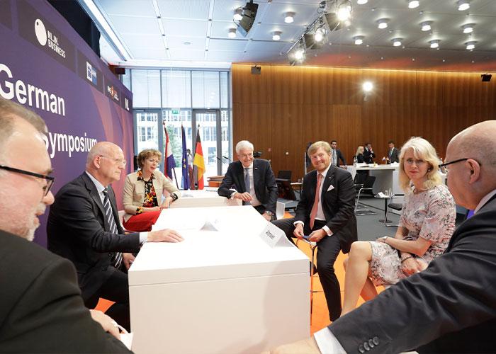 FME-voorzitter Theo Henrar (links achter de tafel) in gesprek met Koning Willem-Alexander over het Duits-Nederlands innovatie- en technologiepact. (Foto: DIHK Jens Schicke)