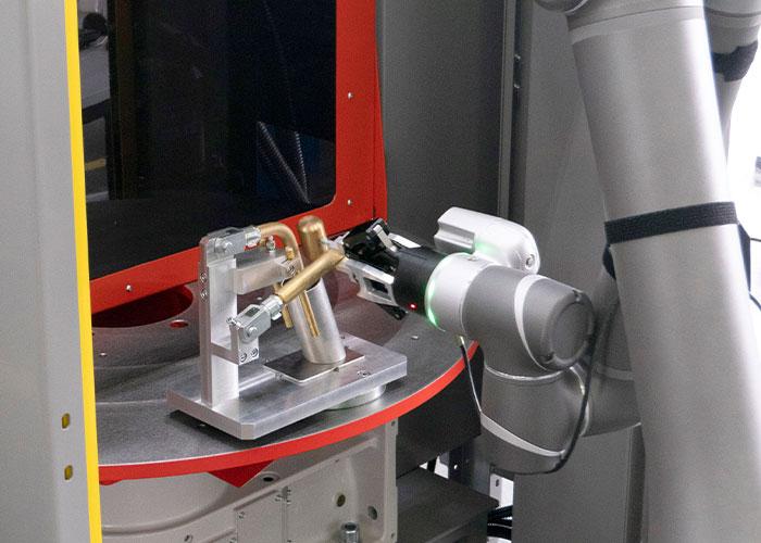 Valk Welding toont een automatiseringsvoorbeeld waarbij de cobot het monotone inlegwerk van de lasrobotocel overneemt van de bediener.
