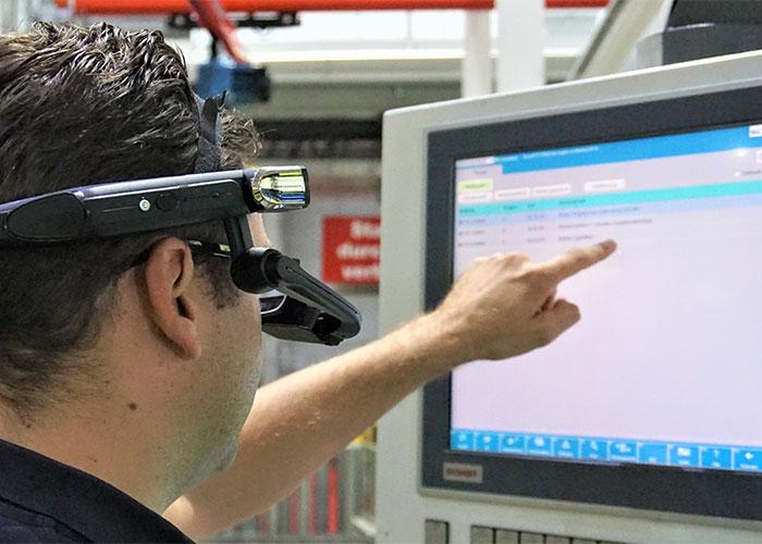 Persenbouwer Schuler demonstreert op de Fabtech onder meer 'Schuler Connect', dat snelle hulp biedt bij het oplossen van onvoorziene problemen.