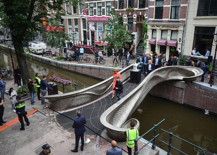 De metalen 3D-geprinte voetgangersbrug over de Oudezijds Achterburgwal in Amsterdam is medio juli officieel door Koningin Maxima geopend.