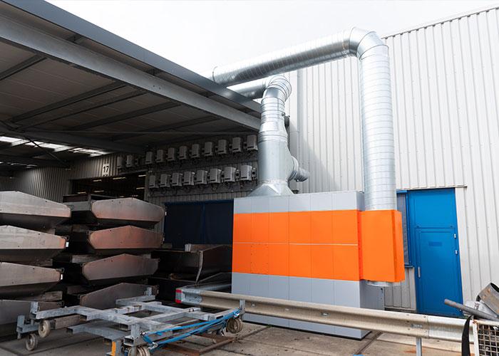 De WeldFil afzuigfilterinstallatie staat vanwege ruimtegebrek buiten. Na het reinigen van de afgezogen lucht, voert het systeem de gereinigde lucht terug in de hal middels een inblaasleiding met inblaasroosters.