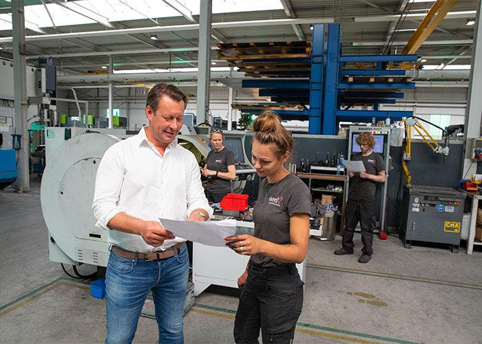 """Directeur Sytse Oreel overlegt met een van zijn medewerkers: """"Onze mensen zijn de spil van ons bedrijf en daar willen we goed op passen. Daar hoort arbeidszekerheid bij."""""""