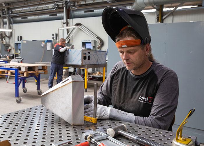 In de campagne waarmee Oreel personeel werft, spelen de medewerkers een hoofdrol. Johannes komt uit de bouw en leerde bij Oreel lassen.
