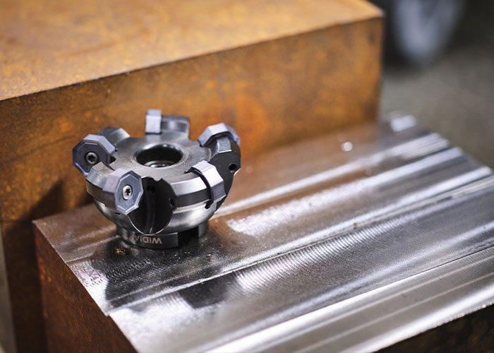 M1600 vlakfrees aangebracht in een houder alvorens een test uit te voeren op een DC55 machine in gietijzer GGG60, staal 42CrMo4 en roestvrij staal 1.4301.