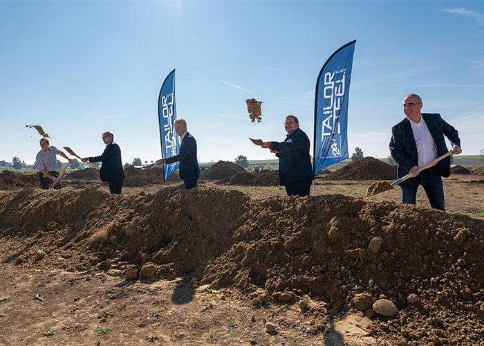 Tijdens het officiële programma is de schop daadwerkelijk in de grond gezet voor de bouw van de nieuwe vestiging van 247TailorSteel in Langenau.