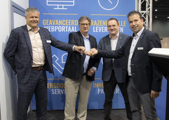 De deal voor de twee buigcellen is rond! V.l.n.r. Mathijs Wijn en Francis Vanneste van LVD en JanwillemVerschuuren en Ronnie van den Hurk van De Cromvoirtse.