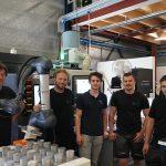 Ruud Jansen (l) met zijn team voor de geautomatiseerde Doosan Lynx. De CNC-draaimachine is voorzien van hogedrukkoeling en een olienevel filtratiesysteem van Dormatec.