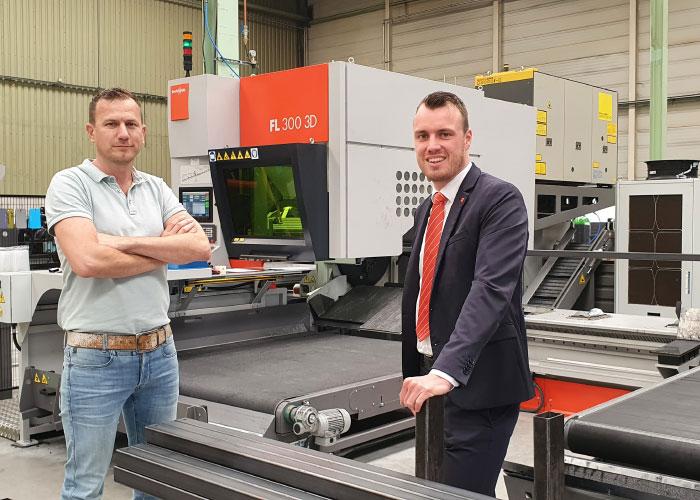 Manager Production David van Rodijnen (links) van KUBO en Joris Meesters van Bystronic bij de nieuwe buislaser.