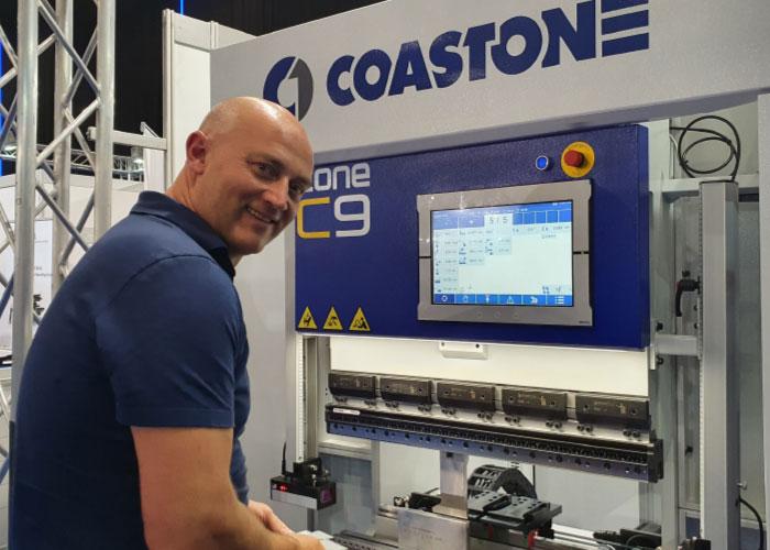 Jeroen Carmiggelt van Carmitech demonstreert een C9 kantbank van CoastOne.