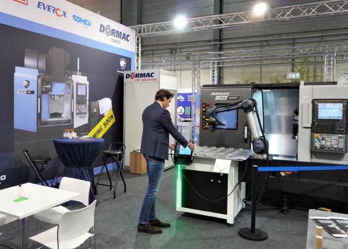 De verticale, drie-assige SVM 4100 freesmachine van Doosan wordt tijdens METAVAK de primeur bij Dormac. Daarnaast wordt cobot-automatisering in de spotlights gezet.