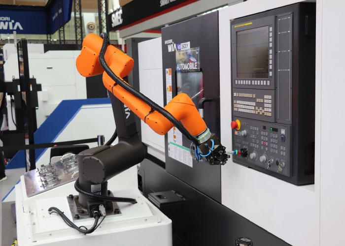 Voor flexibele automatisering heeft Dymato de HCT-1200 tafel ontwikkeld, waarin de Hanwha HCR-12 cobot met alle toebehoren geïntegreerd is.