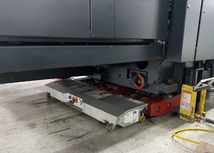 """Hop Machines heeft een Robot Mover aangeschaft. Deze maakt het verplaatsen van een zeer zware last in een fabriekshal mogelijk, zonder vorkheftruck. """"Je stuurt de machine precies daar naar toe waar je hem wilt hebben."""""""