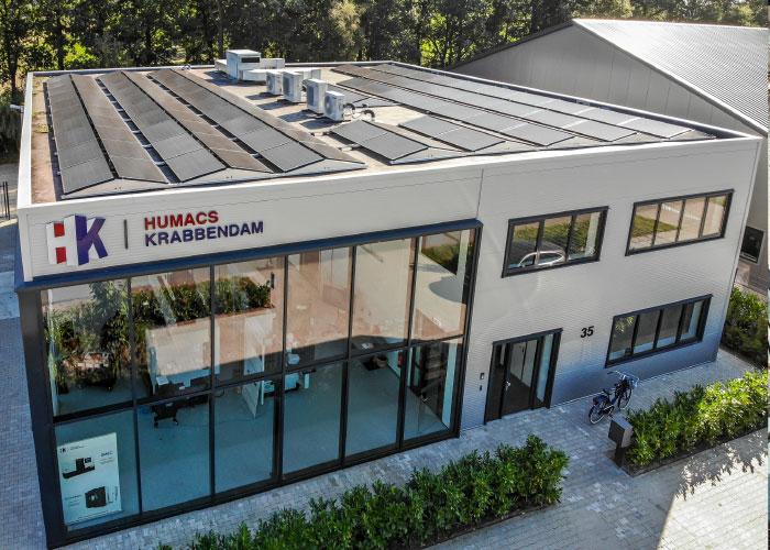 De 128 zonnepanelen op het dak zijn goed voor een energieopbrengst van 200 kWh per dag. Dat is voor Humacs Krabbendam meer dan genoeg om in de eigen stroombehoefte te voorzien.