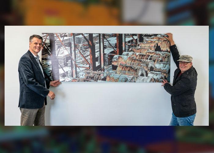 Directeur Maurice Husson (l) van Laura Metaal en kunstenaar Huub Giesbertz bij een van de kunstwerken in het nieuwe kantoor.