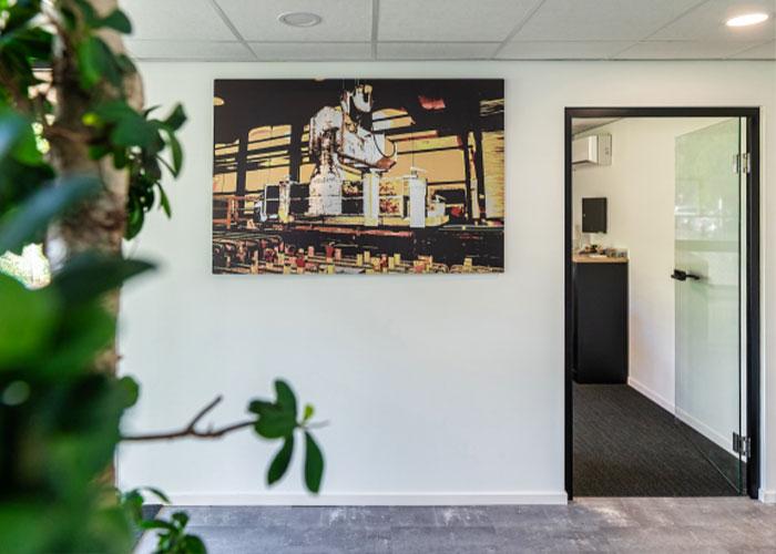 Kunstenaar Huub Giesbertz heeft het bedrijf hiermee op zijn eigen, unieke manier in beeld gebracht.