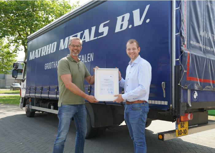 """Ruud van der Jagt (links), mede-eigenaar van Matrho, en salesmanager Gijs van Gestel tonen het ISO 9001 certificaat. """"Door de certificering zijn we in staat om meer klanten aan te trekken, de omzet te verhogen en te voldoen aan de behoeften, eisen, wensen en specificaties van klanten."""""""