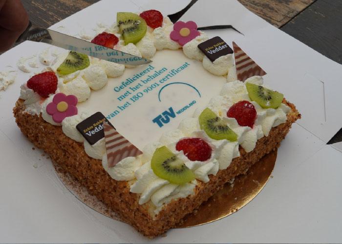 De ISO 9001 certificering werd gevierd met taart.