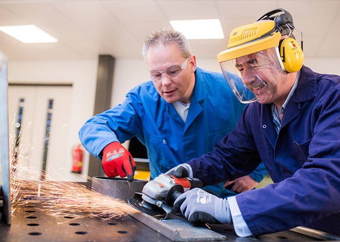 Metaaltechniek verzorgt in het eigen opleidingscentrum Metac op een diepgaande manier trainingen op het gebied van schuren, slijpen en polijsten.