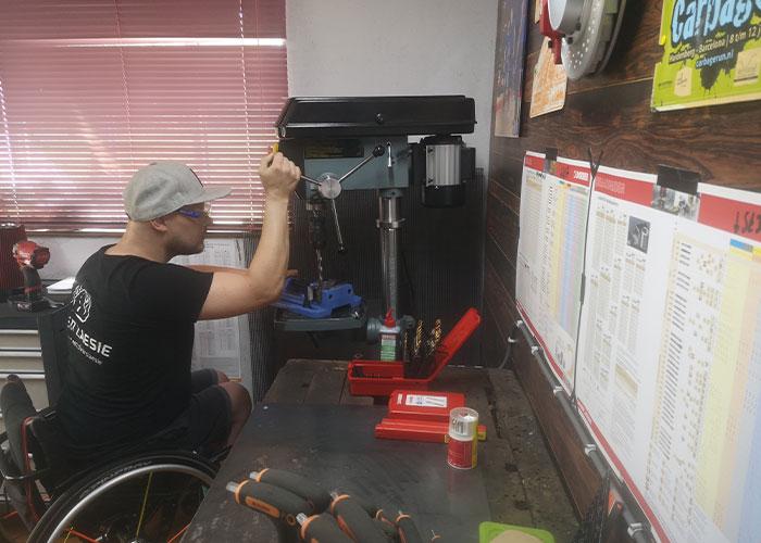 De boren en tappen van Dormer Pramet helpen Niek de Jonge bij het aanpassen van apparatuur voor mensen met een dwarsleasie.