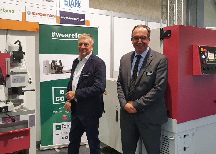 """Henk Brinkman (links) is de specialist in cirkelzaagmachines, Benno Dieben in bandzaagmachines. """"Er is echt interesse in zaagmachines met automatisering ervoor en erachter."""""""