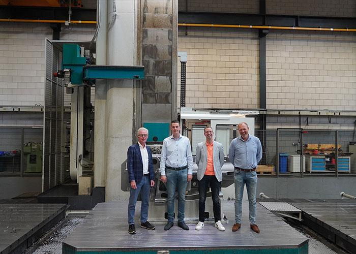 Gijs Koelewijn (Van Halteren Metaal), Frank Heerink (AFMI Verspanende industrie), Johan Cats (Posthumus Burgwerd) en Koen Dekker (Ledder Metaaltechniek) werken samen met de dertien andere leden van de Dutch Heavy Machining Association (DHMA) aan een sterke, toekomstbestendige Nederlandse grootverspaning. (foto: Tim Wentink)
