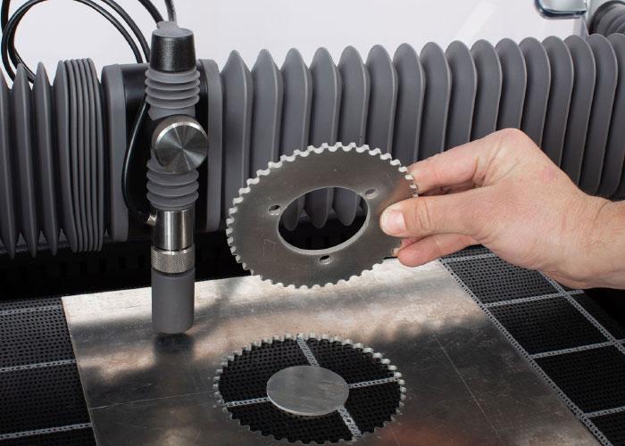 Nieuw in het assortiment van Widenhorn is een desktop watersnijmachine. Deze wordt geleverd met eenvoudige software om een DXF in te lezen.