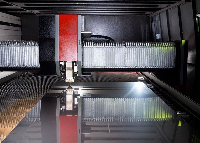 De nieuwe 12 kW fiber plaatlasersnijder snijdt 4 à 5 keer zo snel als de machine die vervangen wordt, met een kwart van het reguliere stroomverbruik.