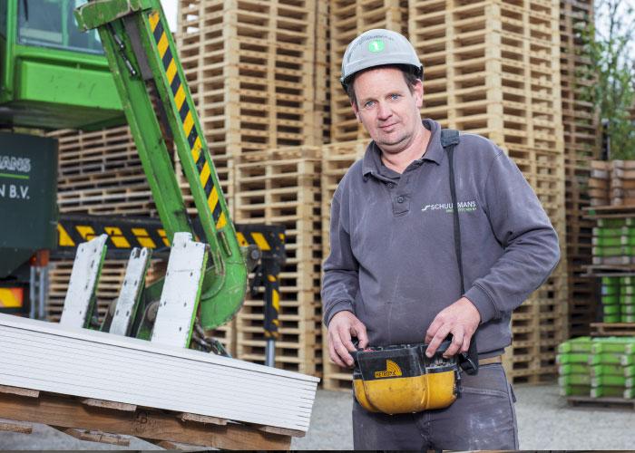 """""""Gipsplaten zijn zwaar"""", begint Jan, directeur en mede-eigenaar van het bedrijf. """"Dat is dan ook de voornaamste lichamelijke belasting die bij ons als afbouwbedrijf voorkomt; het tillen, dragen en verplaatsen van verschillende soorten gipskartonplaten."""""""