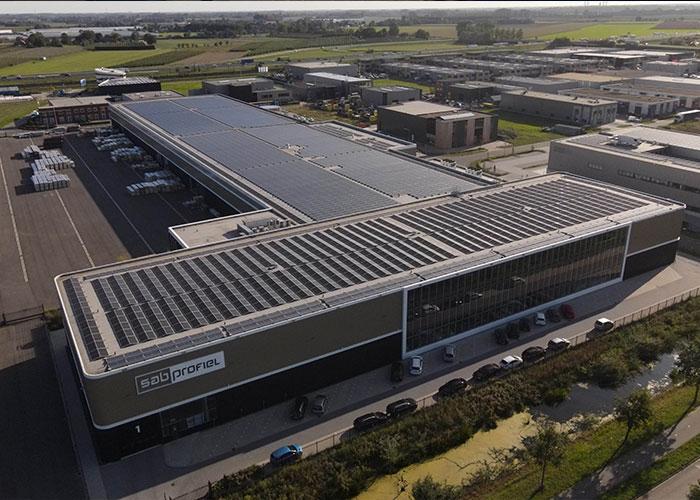 De nieuwe fabriek van SAB in Geldermalsen, waar hightech stalen panelen voor dak- en gevelbekleding worden geproduceerd.