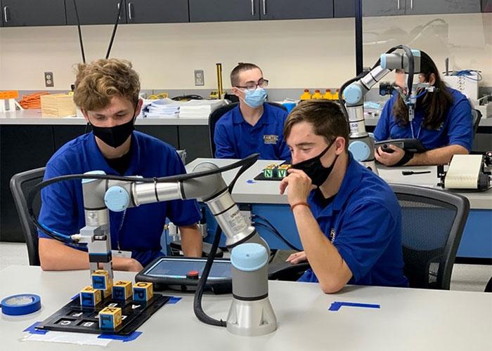 Het pakket bestaat uit een UR-cobot, een assemblagelijn en 3D-geprinte oefenelementen voor diverse taken, zodat studenten en docenten de vele mogelijkheden van de cobot kunnen simuleren en verkennen.